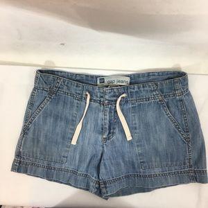 Gap jean shorts Sz 6. Lite wash side pockets cute!